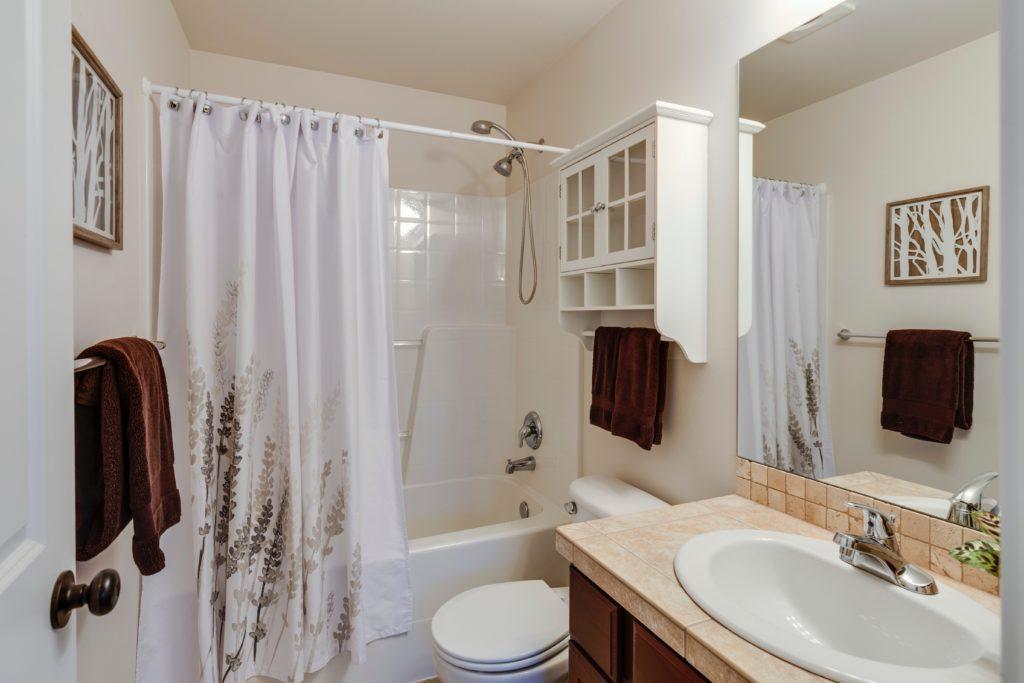 Des tableaux et impressions murales dans la salle de bain